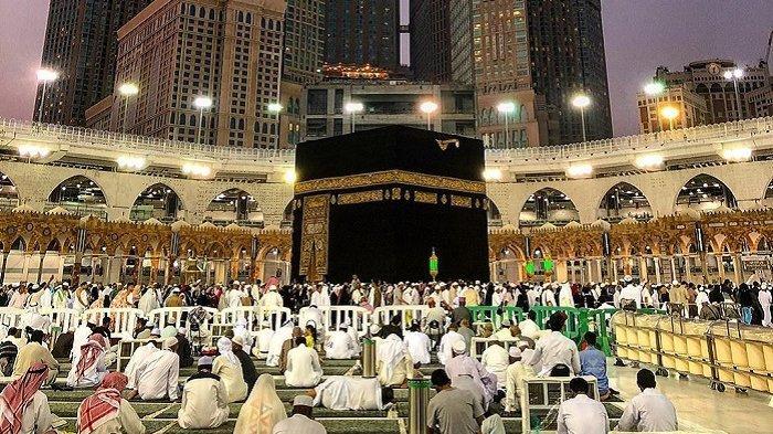 Ilustrasi jemaah umrah dan haji beribadah di Masjidil Haram, Mekkah