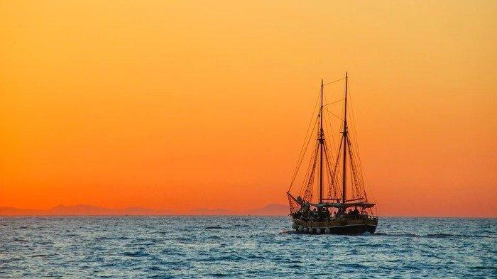 TRAVEL UPDATE: Diterjang Angin Puting Beliung, Kapal Rombongan Pemancing di Banten Terbalik