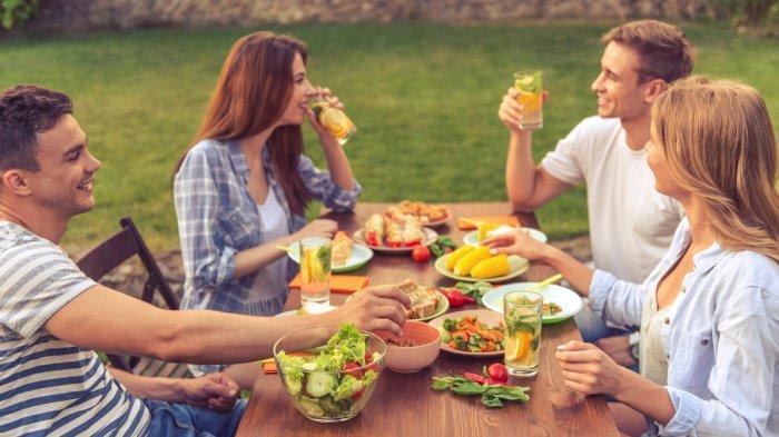 Ilustrasi orang makan dengan perlahan saat buka puasa