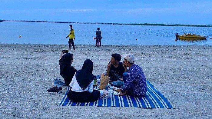 Ilustrasi pengunjung berwisata di pantai Ancol
