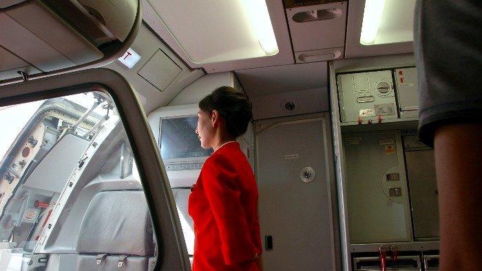 Ilustrasi pramugari di depan pintu pesawat