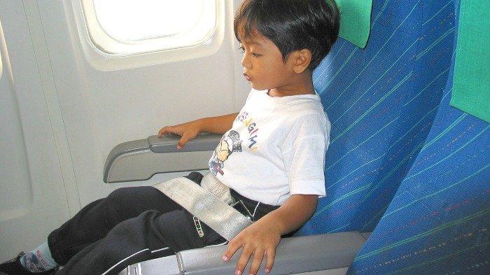 Ilustrasi penumpang pesawat yang ketakutan dan pakai sabuk pengaman