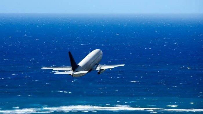 Ilustrasi pesawat terbang di atas laut.