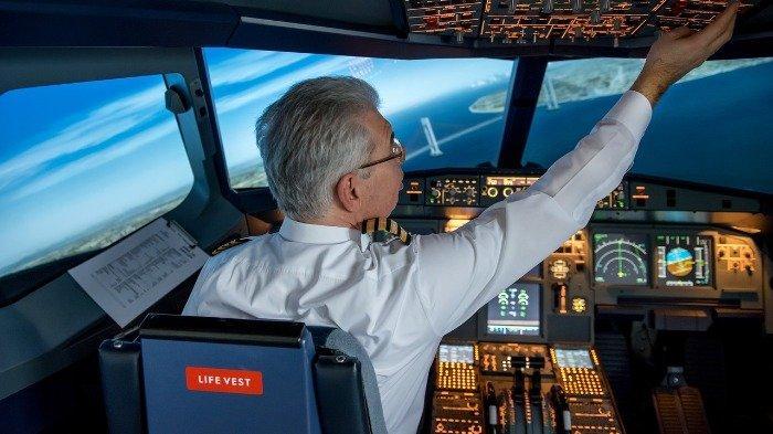 Ilustrasi pilot bekerja di kokpit pesawat, Sabtu (29/8/2020).