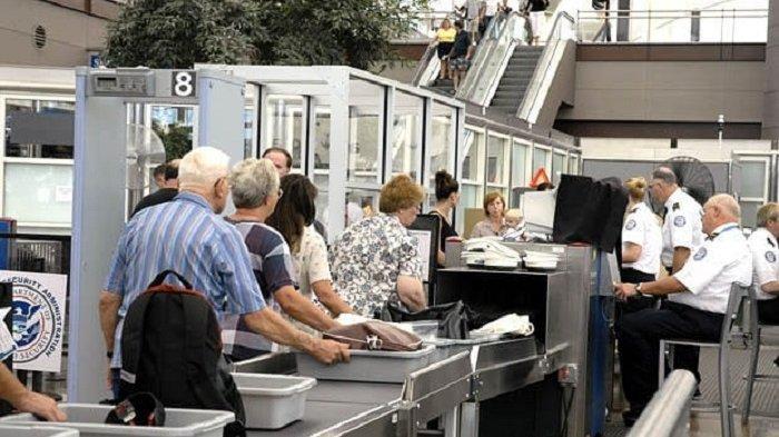 Ilustrasi nampan barang di pos pemeriksaan bandara