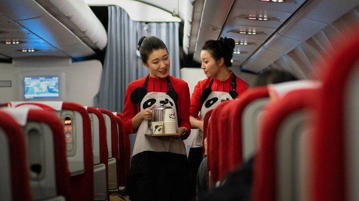 Ilustrasi pramugari melayani minuman untuk penumpang, Rabu (23/9/2020).