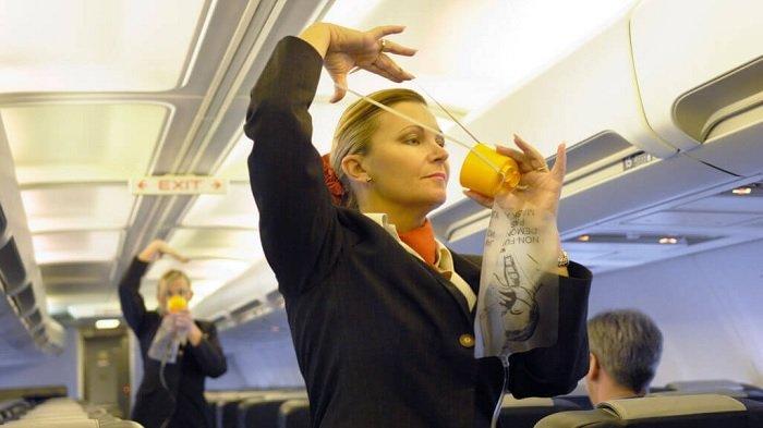 Ilustrasi pramugari memasang masker oksigen