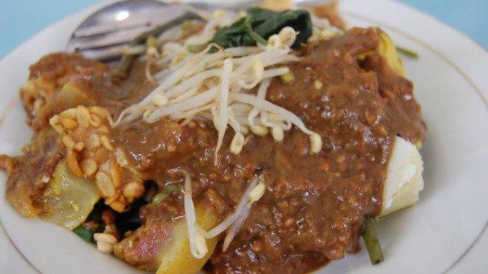 7 Kuliner Legendaris di Malang Buat Makan Siang, Cobain Segarnya Rujak Cingur dengan Bumbu Petis