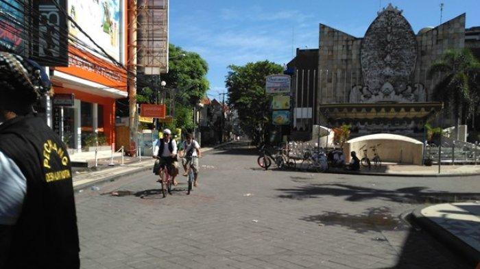 ILUSTRASI Sejumlah pecalang berpatroli di Jalan Legian, Kuta, Badung, Bali, saat Hari Raya Nyepi.