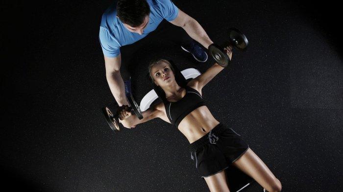 Ilustrasi seorang wanita berolahraga di fitness center