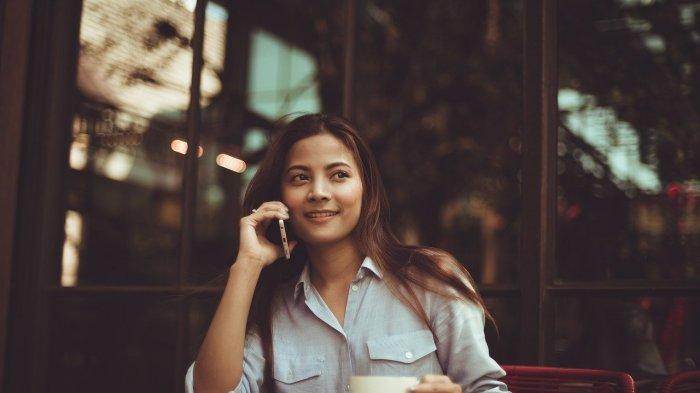 Ilustrasi seorang wanita yang menikmati sore di kafe outdoor