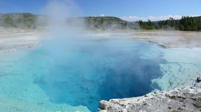 Turis Ini di 'Blacklist' Oleh Taman Nasional karena Coba Masak Ayam di Sumber Air Panasnya