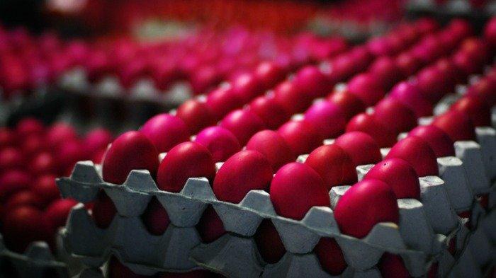 Ilustrasi telur ayam diberi pewarna merah