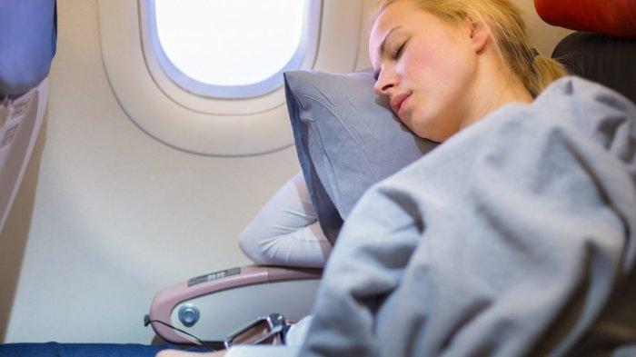 Ilustrasi tidur di dalam kabin pesawat terbang.