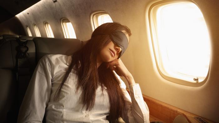 Video Viral, TikToker Bagikan Tips Cerdas Tidur Nyenyak Tanpa Bantal saat Naik Pesawat