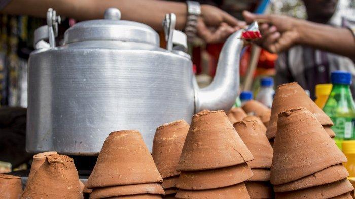 Warung Makan Ambruk, Pembeli Sampai Nyemplung ke Selokan, Videonya Viral di Medsos