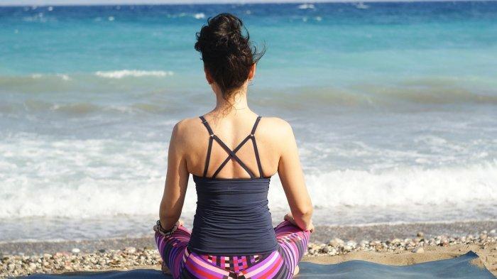 Ilustrasi yoga di pantai