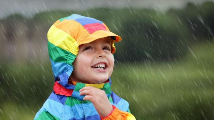 Tips Traveling - Biar Tetap Bisa Traveling Aman Saat Musim Hujan, Pakai Jas Istimewa Ini