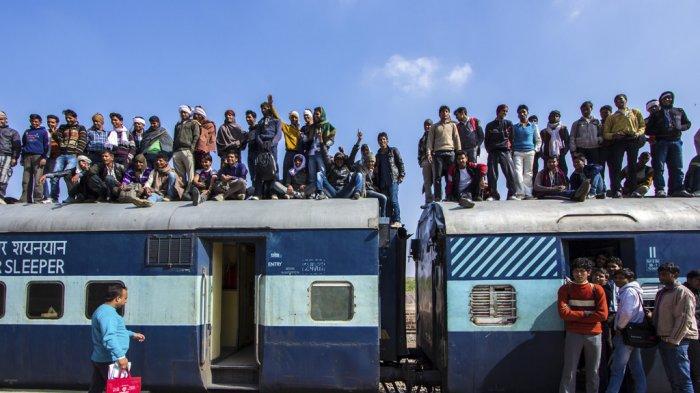 Bikin Geleng-geleng Kepala, 8 Foto Ini Tunjukkan Suasana Seru dalam Transportasi Publik di India