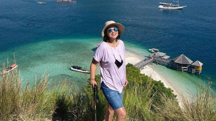 Potret Ira Wibowo Plesiran ke Nusa Tenggara Timur, Kunjungi Labuan Bajo hingga Tracking di Kelimutu