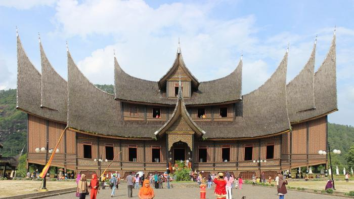 Harga Tiket Masuk Istana Paguruyung Terbaru 2021, Bisa Foto Pakai Baju Adat Minangkabau