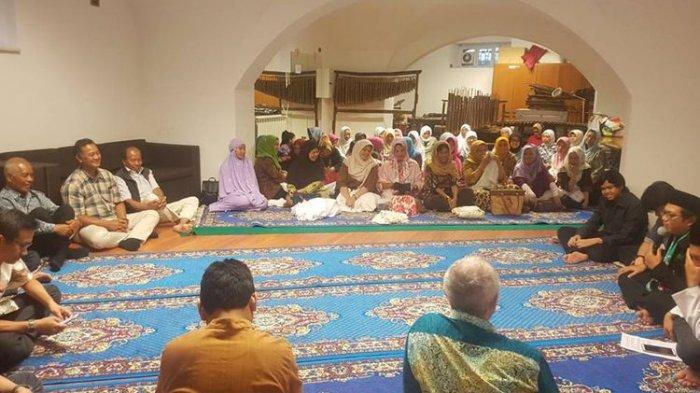 Suasana ngabuburit warga Indonesia di Italia, diisi dengan ceramah keagamaan dan acara buka puasa bersama.