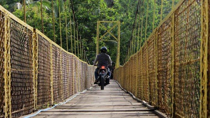 Ditemani Semilir Angin Hijau Sawah, Artistik Jembatan Selopamioro Jadi Lokasi Baru si Pemburu Foto