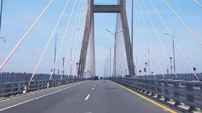 TRAVEL UPDATE: Suasana Ngabuburit di Kaki Jembatan Suramadu, Bisa Sambil Menikmati Sunset