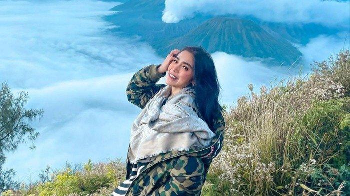 Potret Jessica Iskandar saat liburan di Jawa Timur.