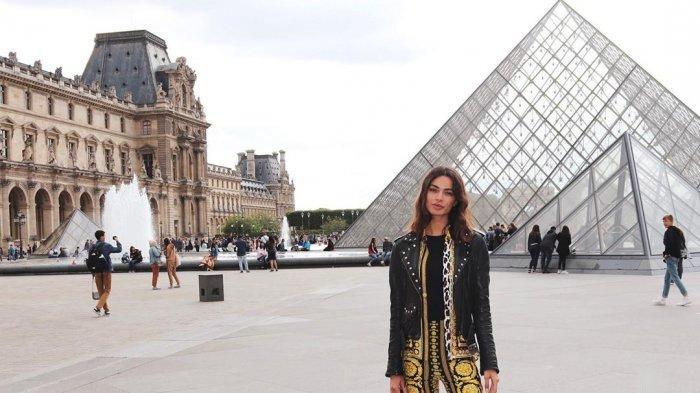 Joana Sanz ketika traveling ke Musée du Louvre