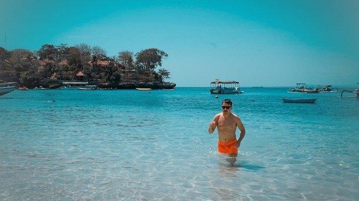 6 Potret Jorge Lorenzo Liburan di Bali, Main di Pantai dan Lihat  Monyet di Tempat Suci