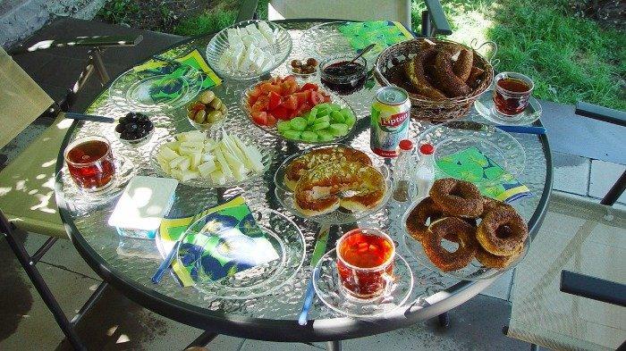 Budaya menu sarapan di turki yaitu Kahvalti