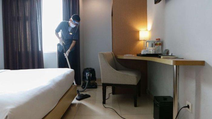 Pekerja menggunakan masker, face shield dan sarung tangan saat merapikan kamar Hotel Santika Depok, Selasa (9/6/2020). Sebanyak kurang lebih 80 unit hotel jaringan Santika Indonesia Hotels dan Resorts mulai dibuka sejak 4 Juni 2020 dengan menerapkan protokol kesehatan kenormalan baru untuk mencegah penyebaran virus Covid-19.