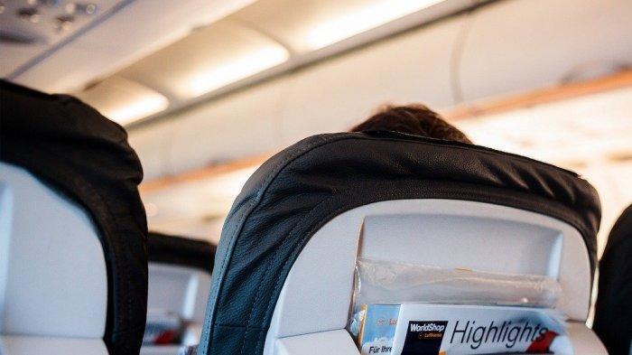 Kantong di bagian belakang kursi penumpang pesawat terbang.