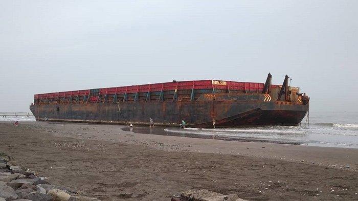 Tiga kapal tongkang terdampar di area tempat wisata Pantai Alam Indah, Tegal, Jawa Tengah.