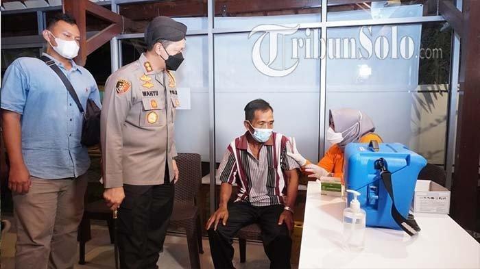Kapolres Sukoharjo, AKBP Wahyu Nugroho Setyawan saat meninjau vaksinasi di Wedangan Handayani, Senin (4/10/2021) malam.