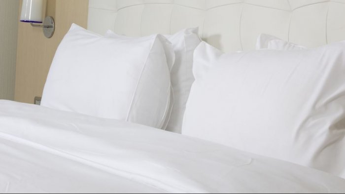 Ilustrasi sprei warna putih hotel