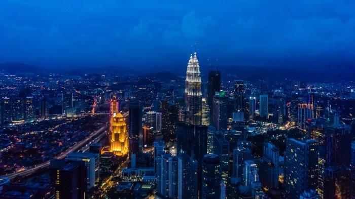 Keadaan Menara Petronas dan sekitarnya di Malaysia pada malam hari