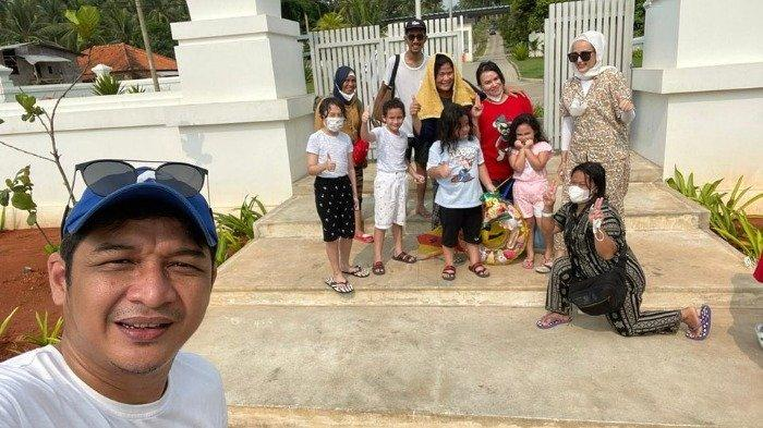 Potret liburan ala keluarga Pasha Ungu dan Adelia.