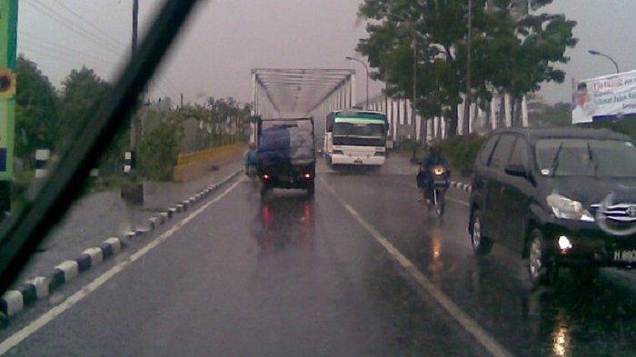 8 Tips Berkendara Aman Saat Musim Hujan, Waspada Jalanan Berlubang