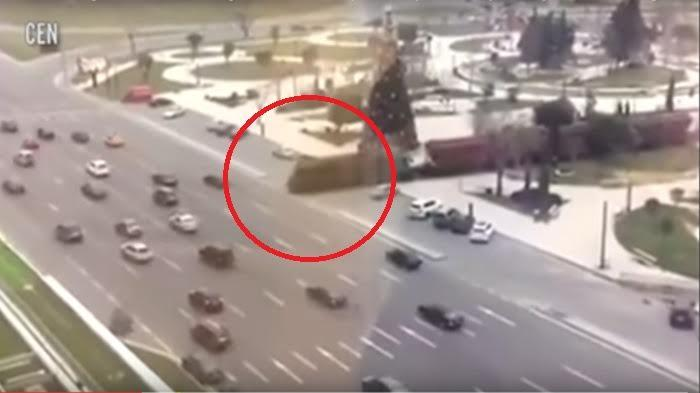 Di Negara Ini, Kereta Api Bebas Melintas di Jalan Tol Tanpa Palang Pintu! Lihatnya Saja Mengerikan