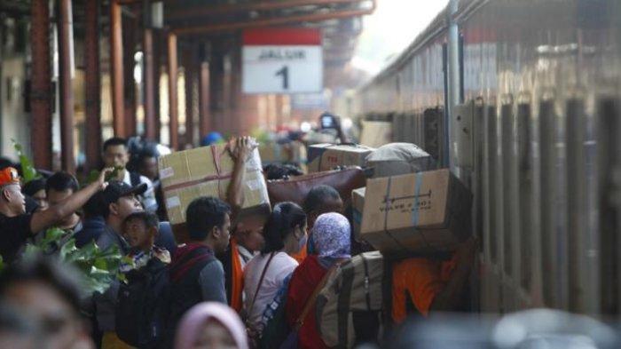 Calon penumpang masuk ke dalam kereta api di Stasiun Pasar Senen, Jakarta, Senin (13/7/2015). PT KAI mempersiapkan sekitar 370 rangkaian kereta untuk mengakomodasi 96.000 pemudik tiap harinya selama arus mudik Lebaran Idul Fitri tahun ini.