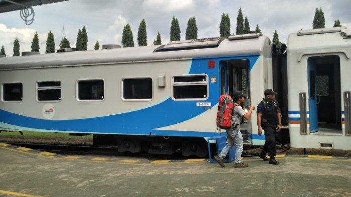 Seorang penumpang dan petugas keamanan di depan KA Kamandaka jurusan Purwokerto-Semarang di Stasiun Purwokerto, beberapa waktu lalu.
