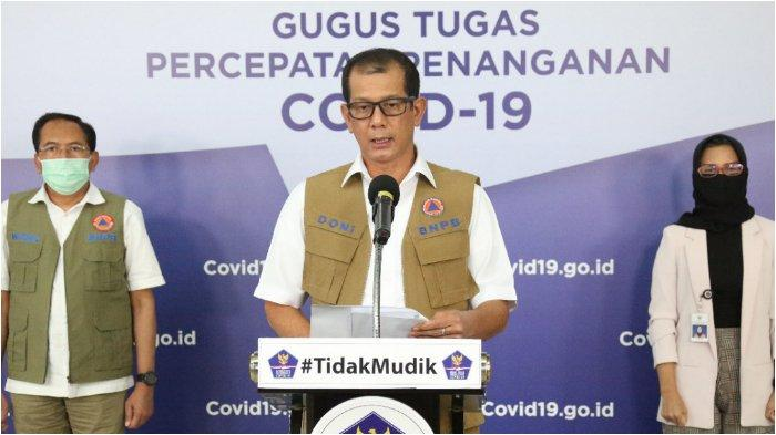 Ketua Gugus Tugas Percepatan Penanganan COVID-19 Doni Monardo (tengah)