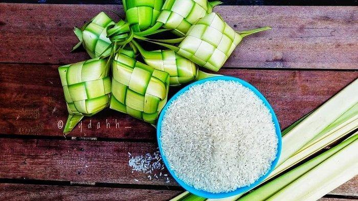 Ketupat yang terbuat dari anyaman janur dan diisi dengan beras.