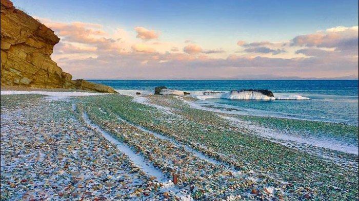 Uniknya Pantai di Rusia, Ada Pecahan Kaca di Atas Pasirnya
