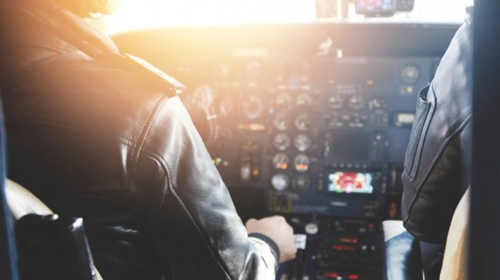 Biarkan Penyanyi Terkenal Masuk Kokpit, Pilot Ini Dilarang Terbang Seumur Hidup