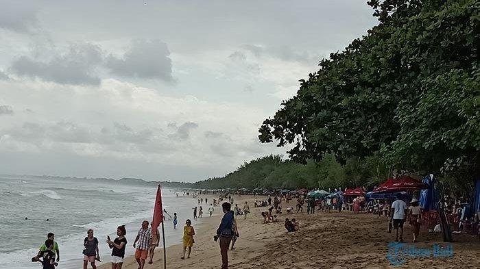 Ombak di Pantai Kuta Naik, Rambu Peringatan Bahaya Dipasang