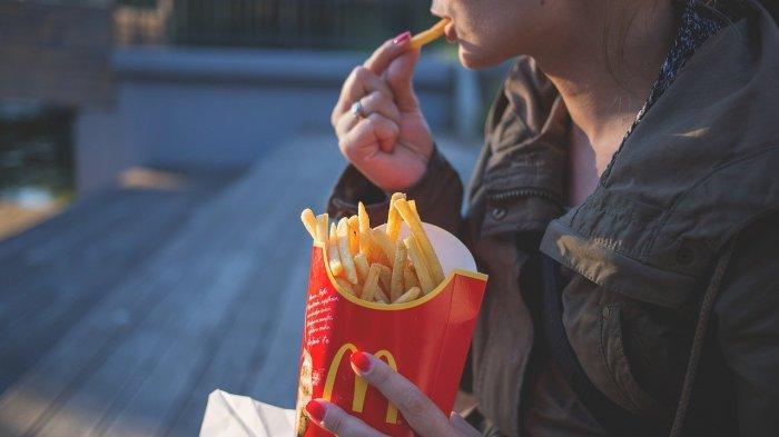Konsumen yang menikmati kentang goreng McDonalds