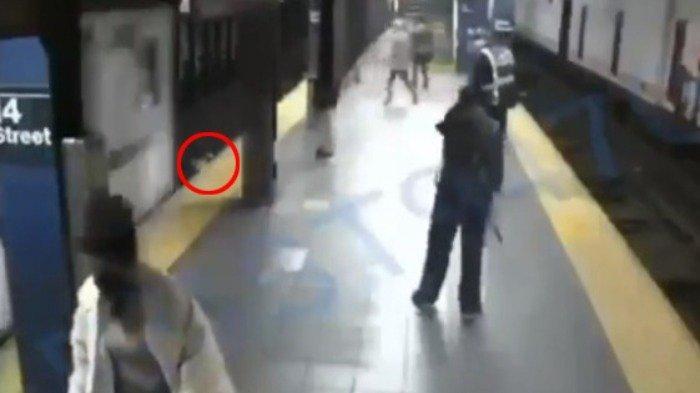 Viral di Medsos, Pria Ini Tiba-tiba Dorong Penumpang Lain Tepat saat Kereta Datang